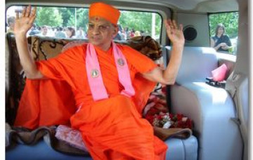 Acharya Swamishree Arrives in the UK