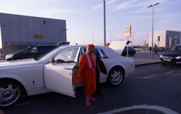 His Divine Holiness Acharya Swamishree departs from London