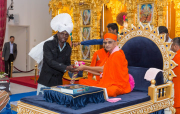 International Cricketers Visit Shree Swaminarayan Mandir Kingsbury
