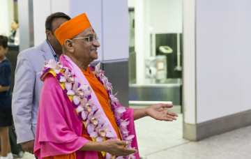 Acharya Swamishree Maharaj Arrives in London for His UK Vicharan