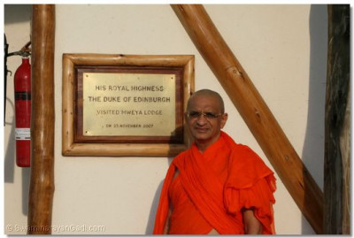 Divine darshan of Acharya Swamishree at Queen's Cottage