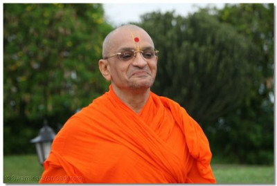 Divine darshan of Acharya Swamishree at Mweya Lodge