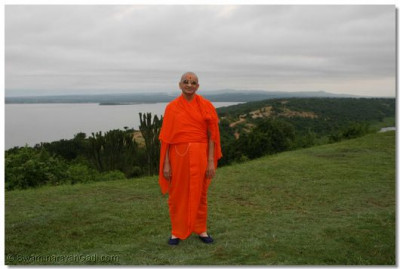 Divine darshan of Acharya Swamishree at the shores of Lake Edward