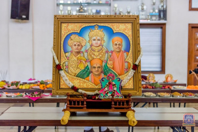 Divine darshan of Lord Shree Swaminarayanbapa Swamibapa, H.D.H Acharya Swamishree and Shree Harikrushna Maharaj