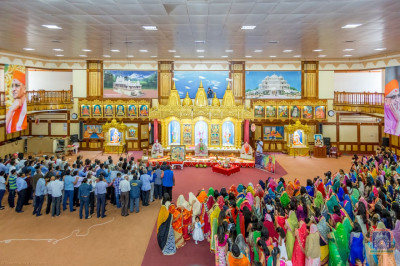 Devotees perform Samooh Aarti