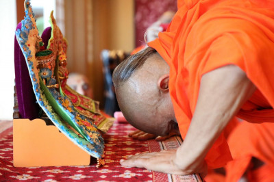 Acharya Swamishree bows reverently to Shree Harikrushna Maharaj after the completion of His morning niyams