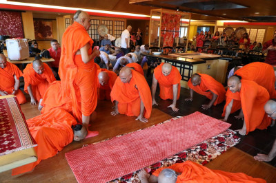 Sants and disciples perform darshan of Acharya Swamishree and Shree Harikrishna Maharaj