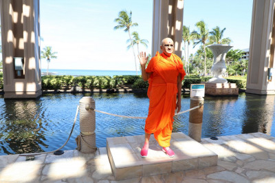 Divine darshan of Acharya Swamishree at one of the many scenic spots on the Hilton Waikoloa Village Resort