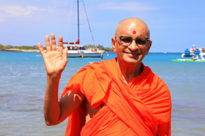 Divine darshan of Acharya Swamishree sanctifying the waters of the Pacific Ocean off the Hawaiian coast