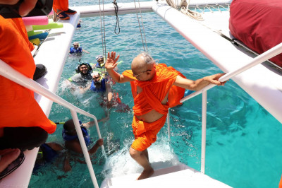 Acharya Swamishree blesses sants and disciples as they scuba-dive