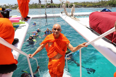 Divine darshan of Acharya Swamishree, as sants and disciples swim and scuba-dive in the vast Pacific waters