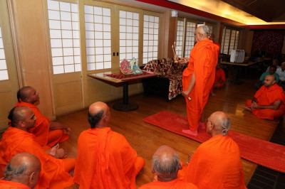 Acharya Swamishree performs sandhya aarti on day 2 of the Sadbhav Yatra - Hawaii