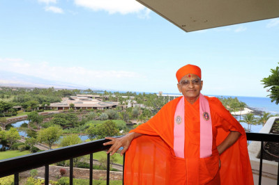 Divine darshan of Acharya Swamishree with the Hilton Waikoloa Village Resort in the background