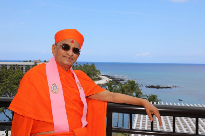 Divine darshan of Acharya Swamishree with the Hilton Waikoloa Village resort and the Pacific Ocean in the background