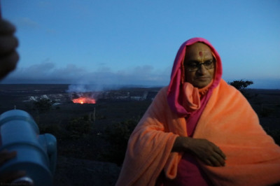 Divine darshan of Acharya Swamishree with Kilauea Volcano in the background