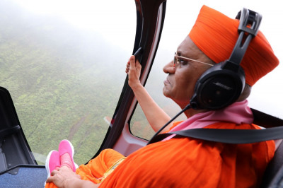 Acharya Swamishree�s helicopter flies over the vast, elevated greenery on the interior of the Big Island