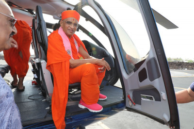 Divine darshan of Acharya Swamishree seated in the helicopter