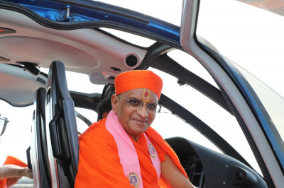 Divine darshan of Acharya Swamishree outside the helicopter