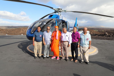 Acharya Swamishree and S.S.S.S.M. West Coast, U.S.A., disciples outside the helicopter