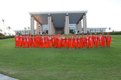 Divine darshan of Acharya Swamishree with the mandal of twenty-six sants that came on the Sadbhav Yatra - Hawaii