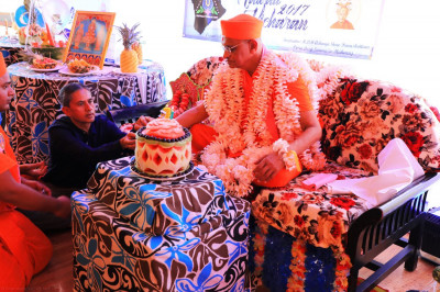 Acharya Swamishree�s Sadbhav Amrut Parva (75th Manifestation Day) was celebrated in Hawaii. Acharya Swamishree cuts a cake made from carved fruits