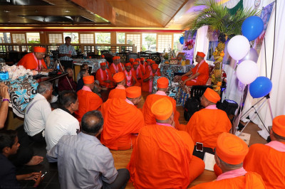 Sants and disciples listen to Acharya Swamishree�s divine blessings