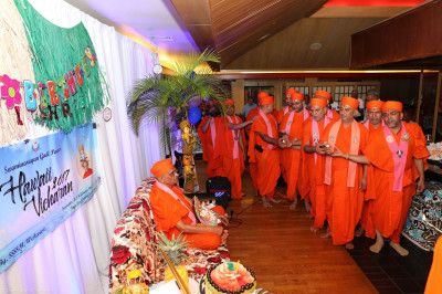 The Sant Mandal performs aarti to Acharya Swamishree