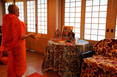 Acharya Swamishree performs mangala aarti the next morning before departing for Los Angeles