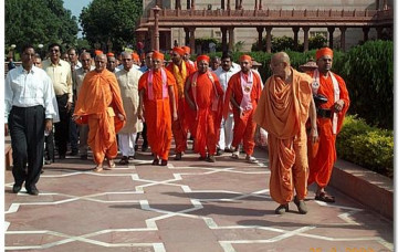Acharya Swamishree Visits the Akshardham Temple