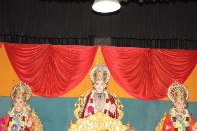 Divine darshan of Lord Shree Swaminarayan, Jeevanpran Shree Abji Bapashree and Jeevanpran Shree Muktajeevan Swamibapa seated on stage