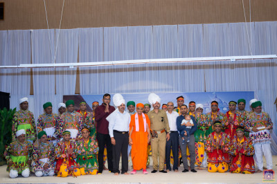 His Divine Holiness Acharya Swamishree blesses the disciples who have sponsored the drama production and disciples who took part in the dandia devotional dance