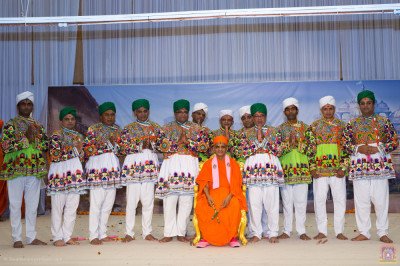His Divine Holiness Acharya Swamishree blesses disciples who took part in the dandia devotional dance