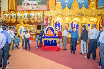 H.D.H Acharya Swamishree blesses the devotees