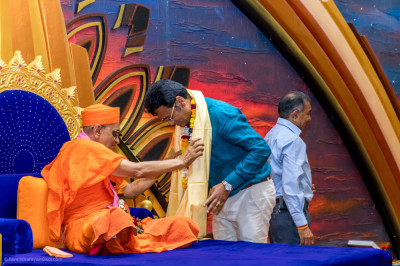 H.D.H Acharya Swamishree blesses the Businessman Ramesh Gorasia
