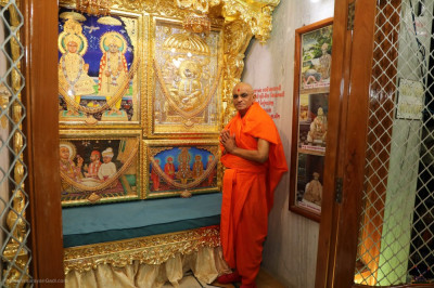 Divine darshan of His Divine Holiness Acharya Swamishree Maharaj with the originally installed murti of the Lord