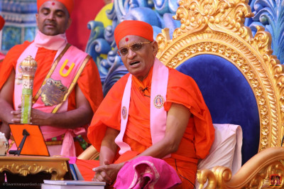 His Divine Holiness Acharya Swamishree Maharaj showers His divine blessings
