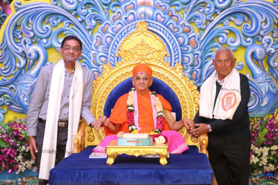 His Divine Holiness Acharya Swamishree Maharaj blesses disciples who have sponsored the scripture recitals