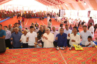 Disciples who have sponsored the scripture recitals offer aarti