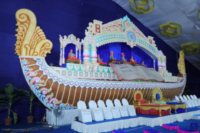 Divine darshan of Lord Shree Swaminarayan and His divine Naad Vansh Guruparampara seated on stage within the magnificent boat scene