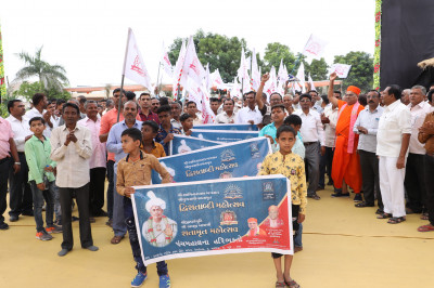 Disciples take part in the pad yatra from Jeevanpran Shree Abji Bapashree's chhatedi to the grand assembly