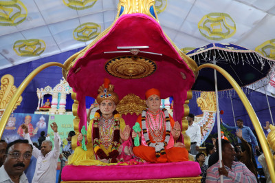Divine darshan of Jeevanpran Shree Abji Bapashree and Jeevanpran Shree Muktajeevan Swamibapa seated on the golden chariot