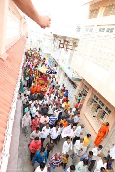 Hundreds of disciples take part in the pad yatra