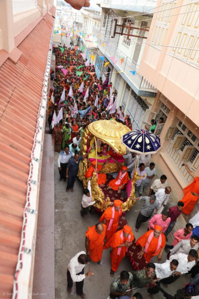 Sants and hundreds of disciples take part in the pad yatra