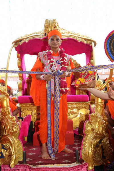 Divine darshan of Acharaya Swamishree Maharaj untying the ribbon officially opening the grand assembly before the start of the grand festivals