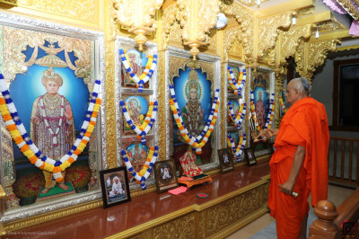 His Divine Holiness Acharya Swamishree Maharaj performs mangla aarti