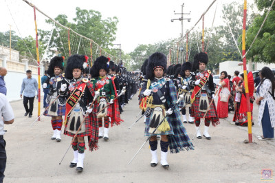 All five international pipe bands of Shree Muktajeevan Swamibapa perform together leading the procession from mandir to the grand assembly