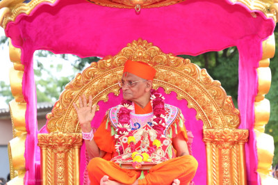 His Divine Holiness Acharya Swamishree Maharaj blesses all seated in the beautiful golden chariot