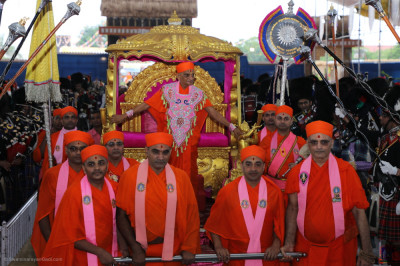 Divine darshan of Acharya Swamsihree Maharaj on the golden chariot