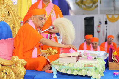 Acharya Swamishree Maharaj performs poojan to each of the divine scriptures to be recited as part of both grand festivals