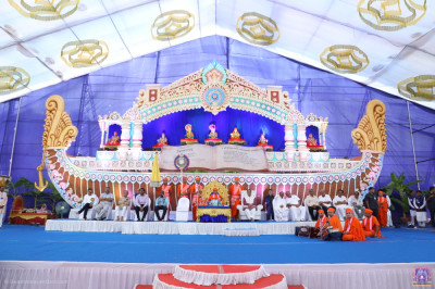 All honoured guests seated on stage with His Divine Holiness Acharya Swamishree Maharaj